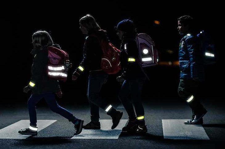 Светоотражающие элементы на пешеходах